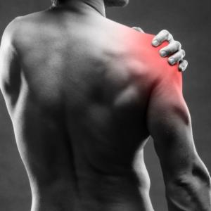 Massagepistole gegen Schulter schmerzen